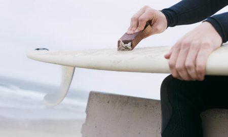 aplicar-parafina-en-tabla-de-surf